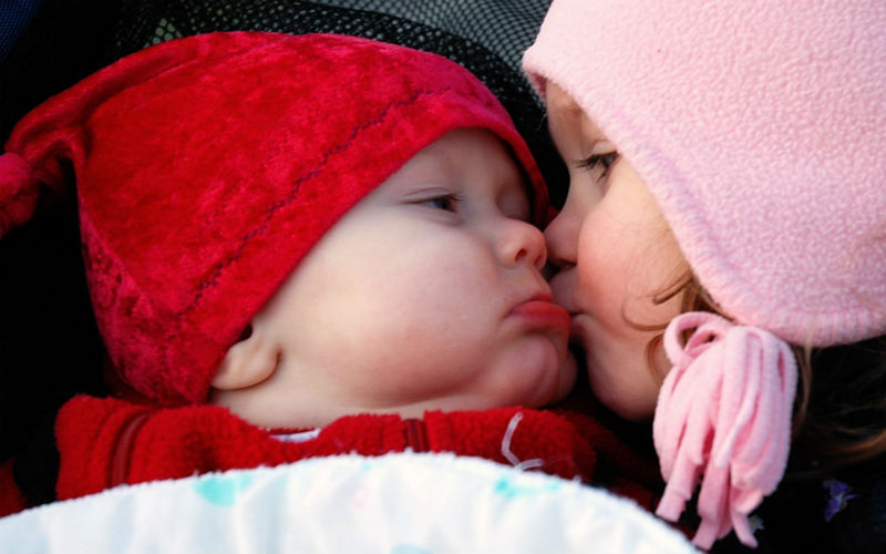 Cute_Baby_Girl_Kiss_a_Boy_Best_Photos