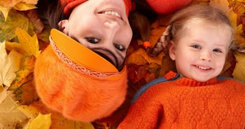 mother_daughter_autumn_clothes_leaves_80450_1280x900