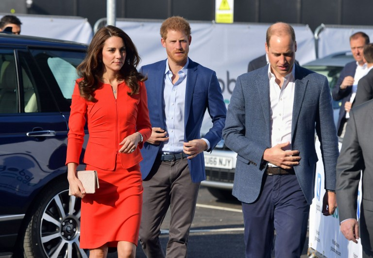 Britain's Catherine, Duchess of Cambridge, Britain's Prince Harry and Britain's Prince William, Duke of Cambridge arrive to open the Global Academy in Hayes, London on April 20, 2017, in support of the Heads Together campaign. / AFP PHOTO / POOL / Dominic Lipinski
